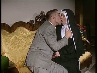 Hanblivé mníška gets ju zadok fucked a tvár spermed