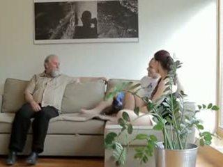 Nadržený starý člověk fucks son's přítelkyně