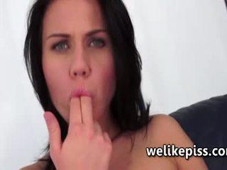 vol brunette scène, spuitende neuken, een speelgoed porno
