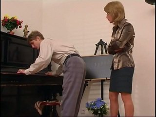 Vecāks klavieres skolotāja dominates viņai studente