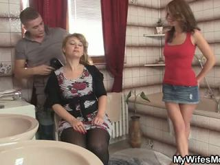 Su esposa leaves y él bangs su caliente mamá