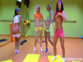 Четири smut тийн момичета правя aerobics заедно и чеп смуча shaft