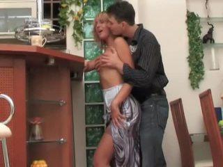 Rosyjskie mamuśka kurwa seduces, fucks i moans