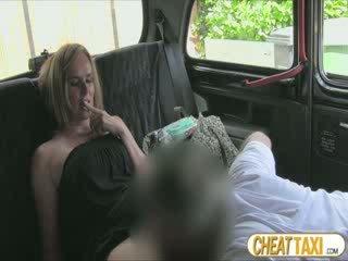 Fierbinte amator accidentally pissed taxi seats și pays minunat sex pentru ea