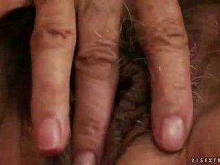 חרמן חזה גדול סבתא מאונן