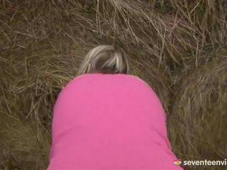 วัยรุ่น สาวๆ การช่วยตัวเอง ข้างใน the haystack