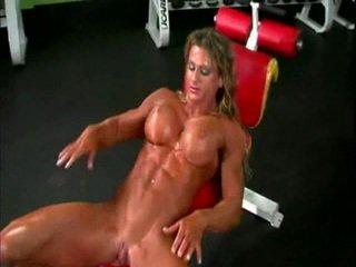 Goli bodybuilder lady s velika klitoris