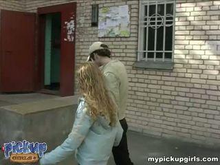 Jeune curly-headed sucks la bite en la nearest entrance vidéo