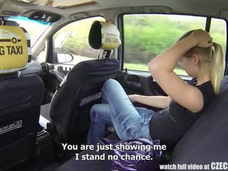 Čehi taxi - blondīne pusaudze gets braukt no viņai dzīve