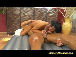 echt masseuse klem, ideaal massage video-, zien geolied