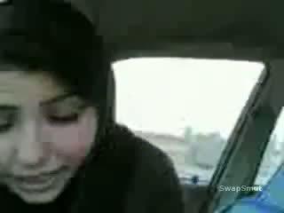 Arab момиче swallows изпразване в на кола видео