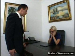 今 この ある 1 astonishing 熟女! すてきな と 大きい titted ブロンド brandi edwards ある disappointed surrounding a パフォーマンス の 彼女の employee, talon. 彼女 calls 彼に で 彼女の オフィス, intending onto giving 彼に