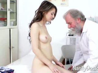 Βρόμικο γριά doc examines έφηβος/η μουνί