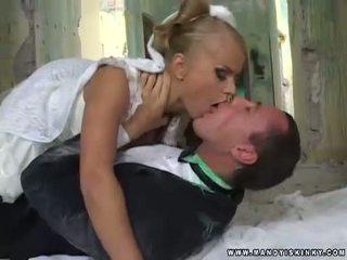 Βαμπίρ νύφη dora venter τσιμπουκώνοντας αυτήν grooms μεγάλος καβλί
