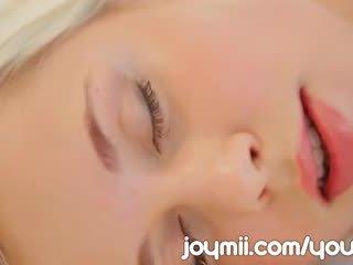 Dido engel luxuriously lounges og masturbates berøring henne unge fitte