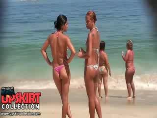 Den kåt jenter fra dette bikini voyeur video are wearing micro thongs på juicy asses