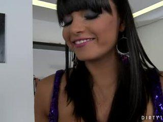 nominale brunette gepost, hq aanbiddelijk video-, schoonheid scène