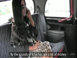 Nghiệp dư vợ sự nịnh hót con gà trống và quả bóng trong taxi