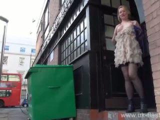 Blondine amateur exhibitionist amber west onder het rokje footage en publiek flashing