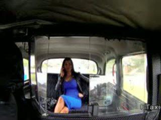Pechugona británica amateur fucks fake taxi driver