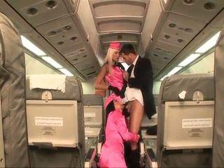Two szemérmetlen stewardesses double teams egy fasz