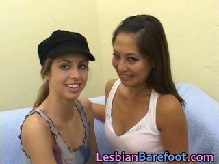 Online oud en jong lesbisch licking vids