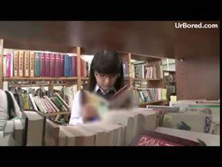 Skolniece iedīdītas līdz bibliotēka geek 01