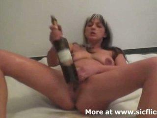 Brutal com o punho e vinho bottles fazer dela esguicho