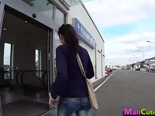 Mallcuties - amatir gadis sucks sebuah stranger di sebuah toko.