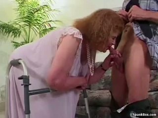Besta loses henne tenner mens suging