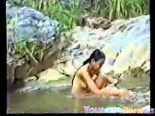 Gira vietnamita jovem grávida