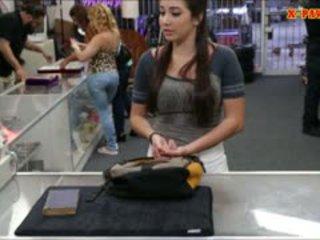 Besar payudara akademi gadis trades di dia alat kemaluan wanita untuk beberapa uang