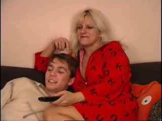 Мама и син гледане телевизия на диван