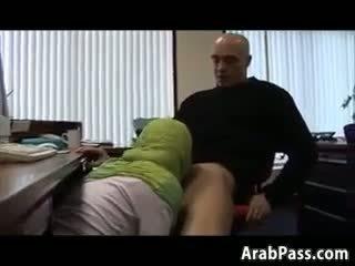 Broke arab fucks 在 an 辦公室 為 金錢