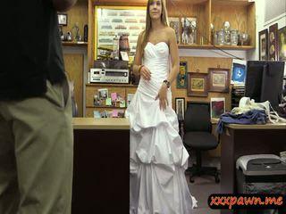 Teef pawns haar huwelijk jurk en banged bij de pawnshop