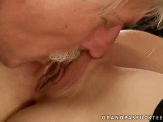 Gitta loiro a foder com velho homem