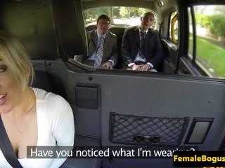 Bigtitted english cabbie spitroasted en taxi: gratuit porno 34