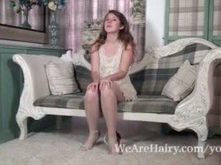 Jada ist playful und sexy als sie strips auf stuhl