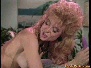 Ретро лесбийки licking техен стегнат puss