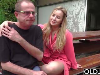 Quente aluna jovem grávida fucks velho homem à canzana com broche e ejaculações engolida