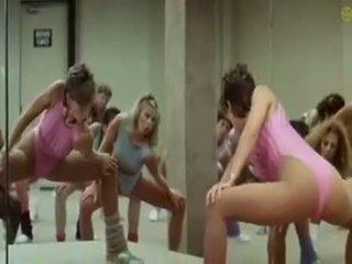 Sexy niñas doing aerobics exercises en un fetichista camino