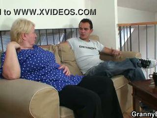Gammal grannyen pleases an ung guy