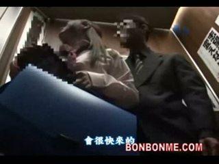 Nhật bản nư sinh gives may mắn guy một blowjob trong elevator 01