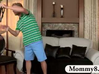 جبهة مورو الخطوة أمي catches مراهقون اللعنة في لها أريكة