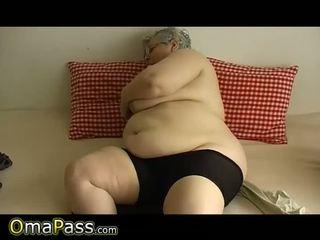 Senas apkūnu senelė su didelis papai plays su dildo