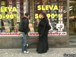 Montok kutu buku wanita jalang gets pounded oleh sebuah stranger