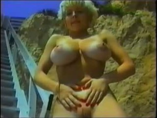 alle grote borsten actie, een strand film, softcore scène
