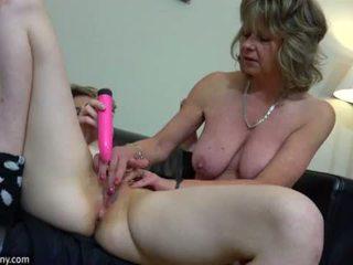 Oldnanny σέξι μαμά με ten masturbate επί κρεβάτι
