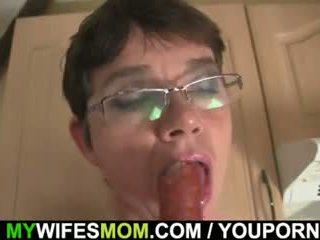 Cock-hungry おばあちゃん seduces 息子 で 法律