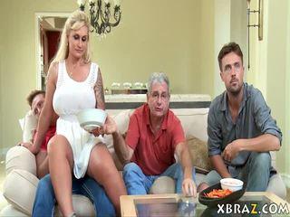 Styvmamma momen jag skulle vilja knulla seduces henne stepson med hans pappa höger där